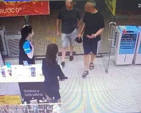 Hai du khách Anh dừng ghé Điện máy Xanh mua sim card.
