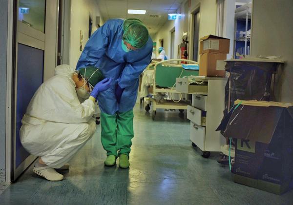 Nhân viên y tế Italy an ủi đồng nghiệp
