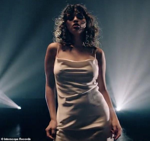 Selena Gomez diệnváy lụa hờ hững khoe vũ đạo gợi cảm nhưng vòng 2 mới gây chú ý 1