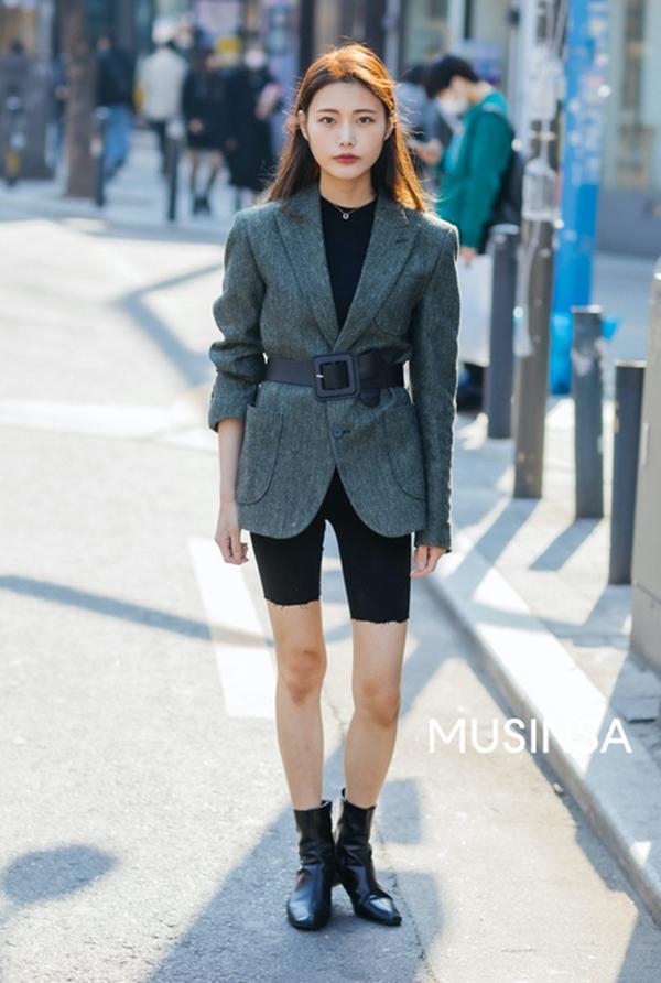 Biker short - kiểu quần short ôm sát từng được loạt sao lăng xê vào năm ngoái hiện tại vẫn chưa có dấu hiệu hạ nhiệt. Cô nàng này đã chinh phục xu hướng khó nhằn một cách xuất sắc với cách phối cùng áo thun đen và blazer kèm thắt lưng to bản.