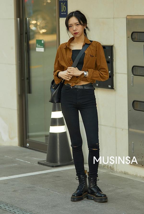 Cách buột vạt áo của cô nàng này chính là bí quyết làm nên sự hay ho cho combo áo crop top + sơ mi + skinny jeans quen thuộc.