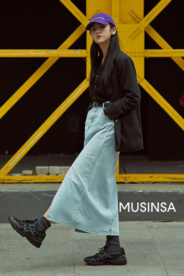 Chân váy denim dáng dài - món đồ tựa như xưa cũ hoá ra lại rất hợp với những cây đồ cá tính khoẻ khoắn hiện đại.