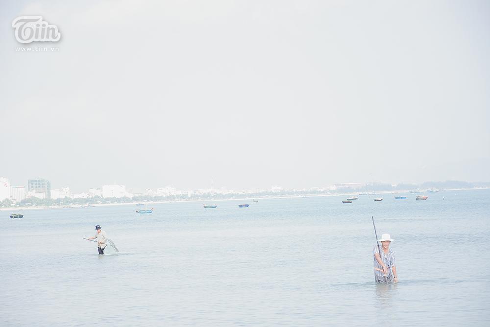 Phơi mình dưới nắng nóng, người dân Đà Nẵng cào ốc lễ kiếm thu nhập giữa mùa dịch 4