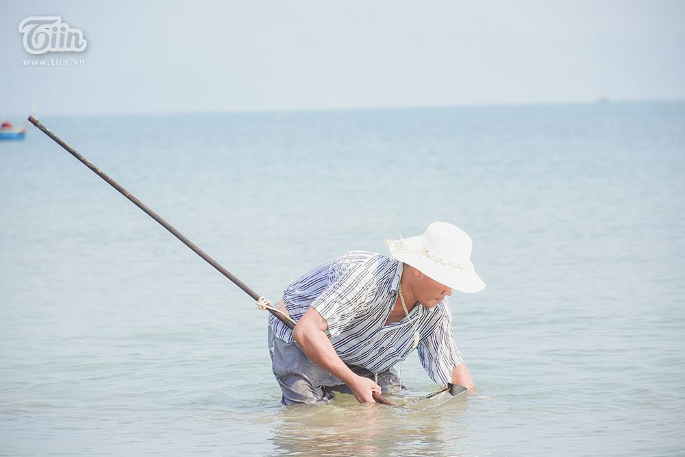 Phơi mình dưới nắng nóng, người dân Đà Nẵng cào ốc lễ kiếm thu nhập giữa mùa dịch 6