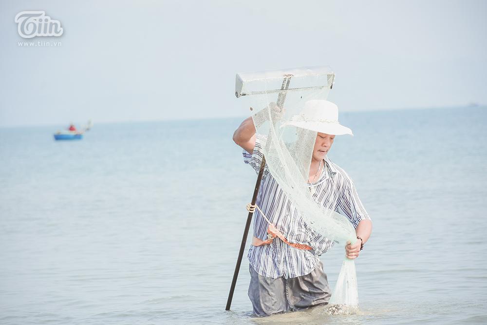 Phơi mình dưới nắng nóng, người dân Đà Nẵng cào ốc lễ kiếm thu nhập giữa mùa dịch 8