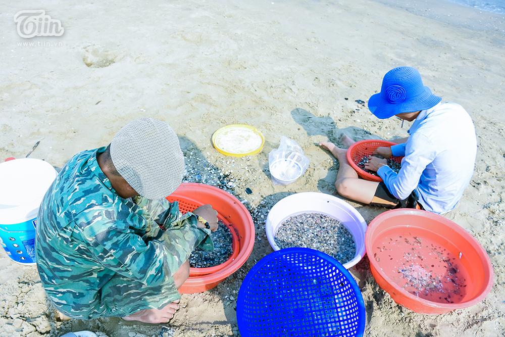 Phơi mình dưới nắng nóng, người dân Đà Nẵng cào ốc lễ kiếm thu nhập giữa mùa dịch 11