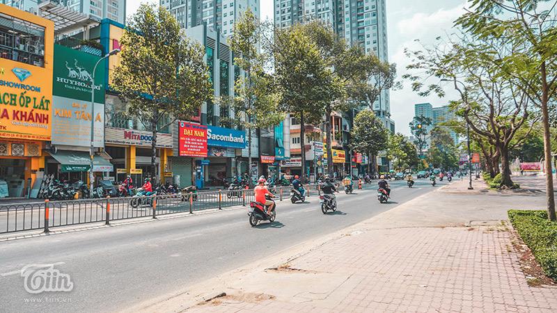 Tại Sài Gòn, theo ghi nhận của chúng tôi, một số tuyến đường lớn nhưTrường Chinh, Đường 3/2 và đườngLý Thường Kiệt vẫn có khá đông phương tiện di chuyển.