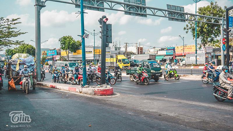 Các phương tiện dừng đèn đỏ trên đường. Thời tiết Sài Gòn thời điểm này khá nóng nực...