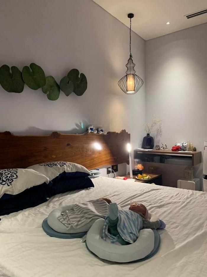 Phòng ngủ ấm cúng với tone màu xám đơn giản của vợ chồng cô Văn Thùy Dương.