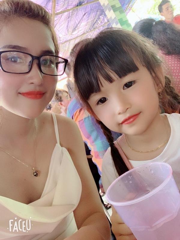 Hiện tại Facebook cá nhân của cô nàng chỉ còn vài ảnh với con gái