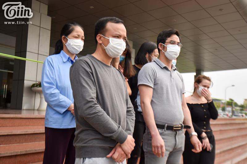 Rạng rỡ xuất viện, 11 bệnh nhân chữa khỏi Covid-19 ở Hà Nội đồng loạt vỗ tay, cảm ơn các bác sĩ 0