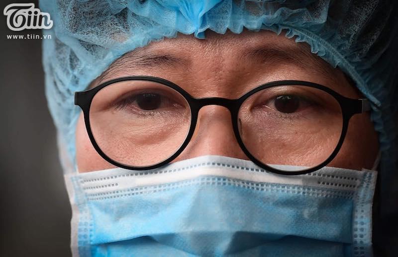 Ánh mắt xúc động của bác sĩ khi thấy bệnh nhân được chữa khỏi.