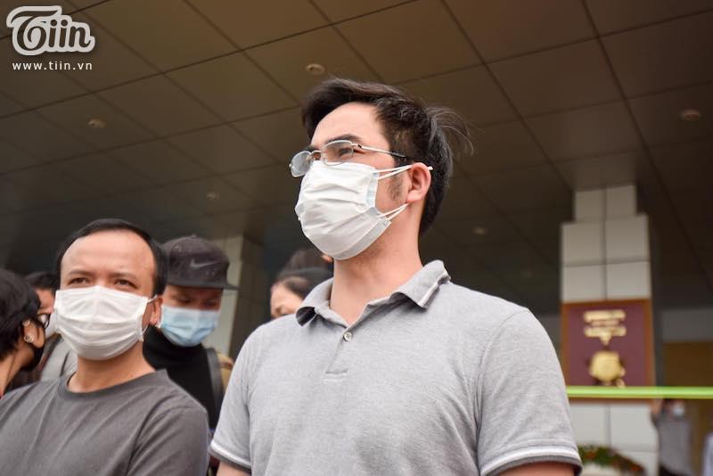 Rạng rỡ xuất viện, 11 bệnh nhân chữa khỏi Covid-19 ở Hà Nội đồng loạt vỗ tay, cảm ơn các bác sĩ 5