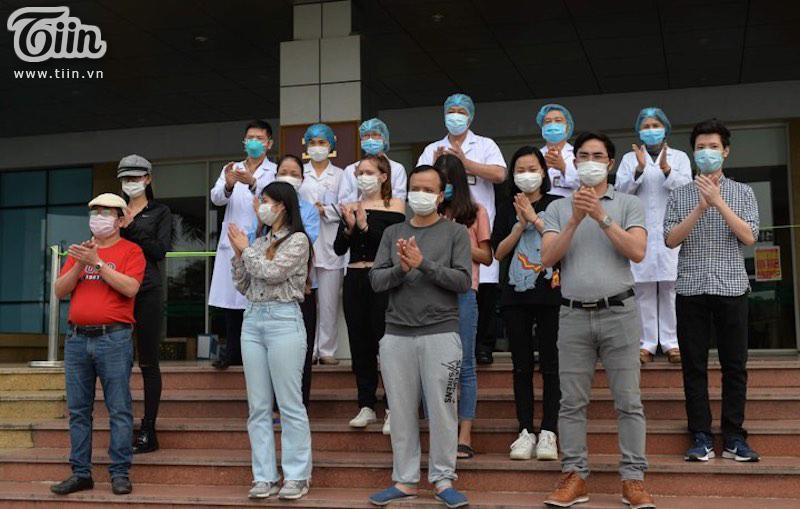 11 bệnh nhân cũng đồng loạt vỗ tay cho sự cống hiến, nỗ lực của những 'chiến sĩ áo trắng' nơi tuyến đầu chống dịch.