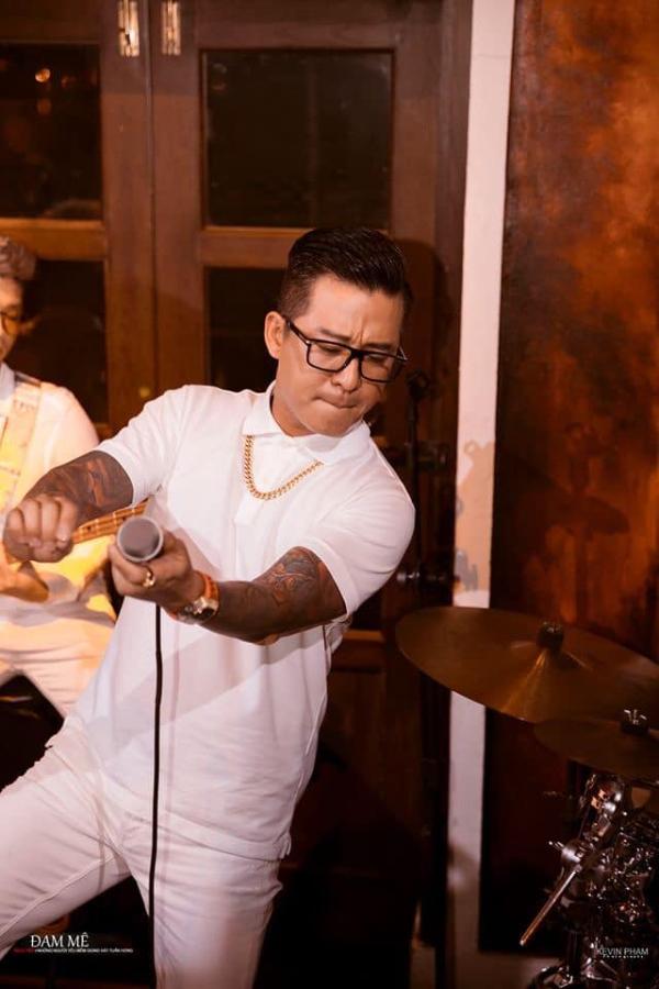 Tuấn Hưng là một trong những ca sĩ Việt Nam đầu tiên dùng hình thức livestream trả phí để trình diễn qua mạng xã hội.
