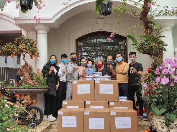 Toàn bộ số tiền kiếm được sau khi trình diễn livestream, Tuấn Hưng đã mua khẩu trang y tế quyên góp cho bệnh viện.