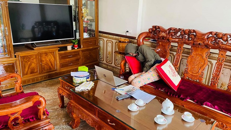 Bức ảnh 'bóc phốt' cô em gái đang chăm chú... ngủ gật trước màn hình (Ảnh: Lưu Trung Hải)