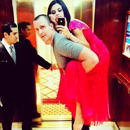 Đi chân trần và nhờ vệ sĩ cõng trên lưng là thói quen của cô công chúaSelenaGomez khi phải đi giày cáo gót quá nhiều. Cô từng chia sẻ 'Tôi thấy hầu hết mọi người đều ghét điều này nhưng nó vui mà'. Nguồn ảnh:Capital FM