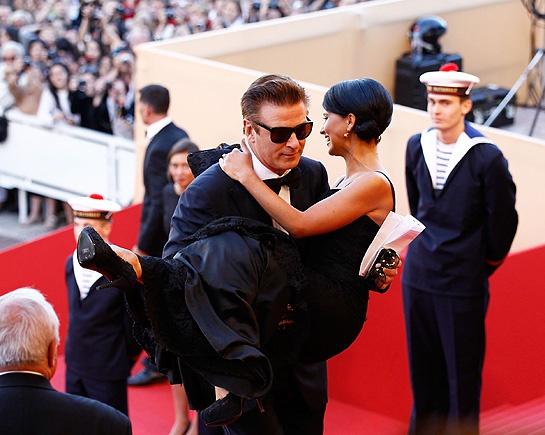Hilaria cũng từng thu hút giới truyền thông khi được chồng mình bế vào thảm đỏ Cannes 65. Côchia sẻ vì Alec Baldwin lo lắng khi vợ mặc váy dài bó sát có thể ngã khi di chuyển nên đã quyết định 'nhấc bổng' cô lên. Nguồn ảnh:Hello Magazine