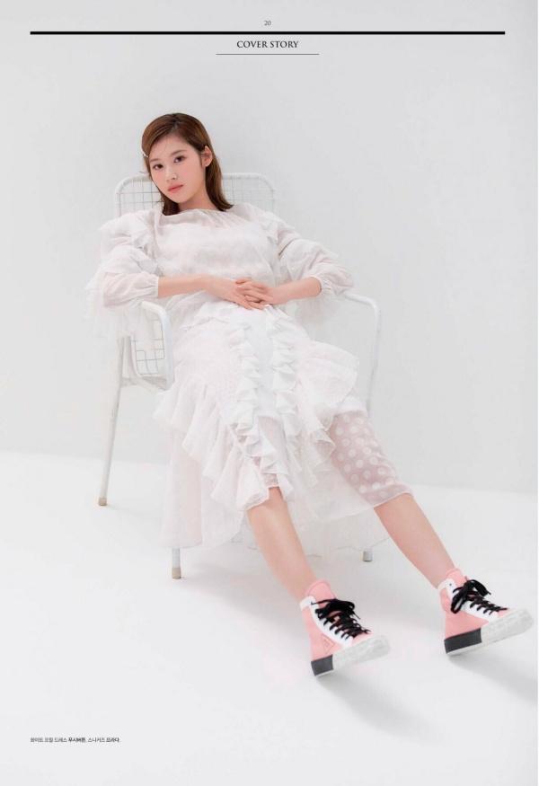 Sana (Twice) không thể điệu đà hơn trong chiếc váy voan trắng nhiều bèo nhún như công chúa. Mặc dù váy hợp với Sana nhưng nhiều người cho rằng nên đổi giày thể thao thành giày cao gót hoặc giày Mary Jane sẽ hợp với concept tinh khôi hơn.