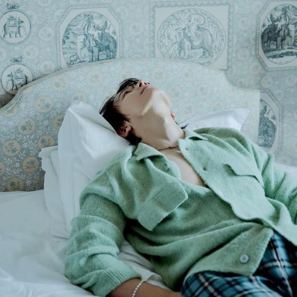Dong Hae (Super Junior) thật sexy với bộ quần áo xanh lá cây, hở cúc khoe ngực trần.