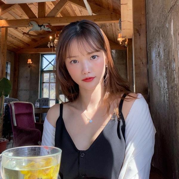 Ha Yeon Soo mặc áo hai dây gợi cảm, khoác thêm chiếc cardigan len trắng vừa kín đáo, vừa để… ấm áp hơn. Cách mix&match của cô không mới mẻ nhưng luôn hiệu quả trong nhiều trường hợp.
