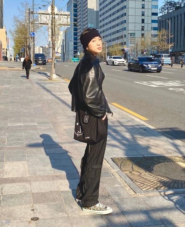 Seung Yoon (Winner) đơn giản mà vẫn chất khi tạo dáng trên phố với outfit áo khoác da, quần túi ống thụng, giày thể thao, túi tote, băng đô.