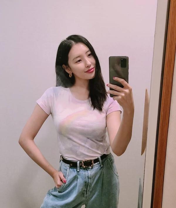 Sunmi có da có thịt trông thấy với set đồ áo phông body màu loang, quần jeans eo cao này.