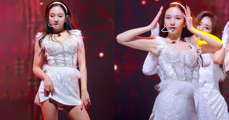 Nayeon đã nhanh chóng bắt kịp style làm điệu những năm 2000 và biến tấu theo cá tính riêng để luôn cuốn hút trên sân khấu. Cô nàng được khen ngợi hết lời nhờ diện mạo rạng rỡ, ngọt ngào trong bộ cánh trắng từ băng đô đến chiếc váy tua rua sexy.