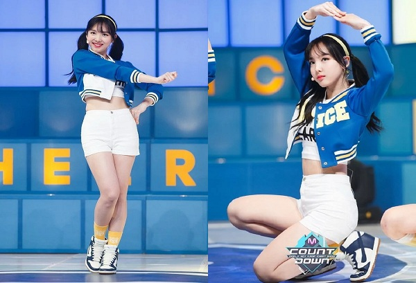 Xuất hiện trên sân khấu M! Count Down, bên cạnh lời khen ngợi body và nhan sắc, Nayeon còn trông năng động nhờ việc mix băng đô cùng tông trắng - xanh với set áo crop top, chân váy.