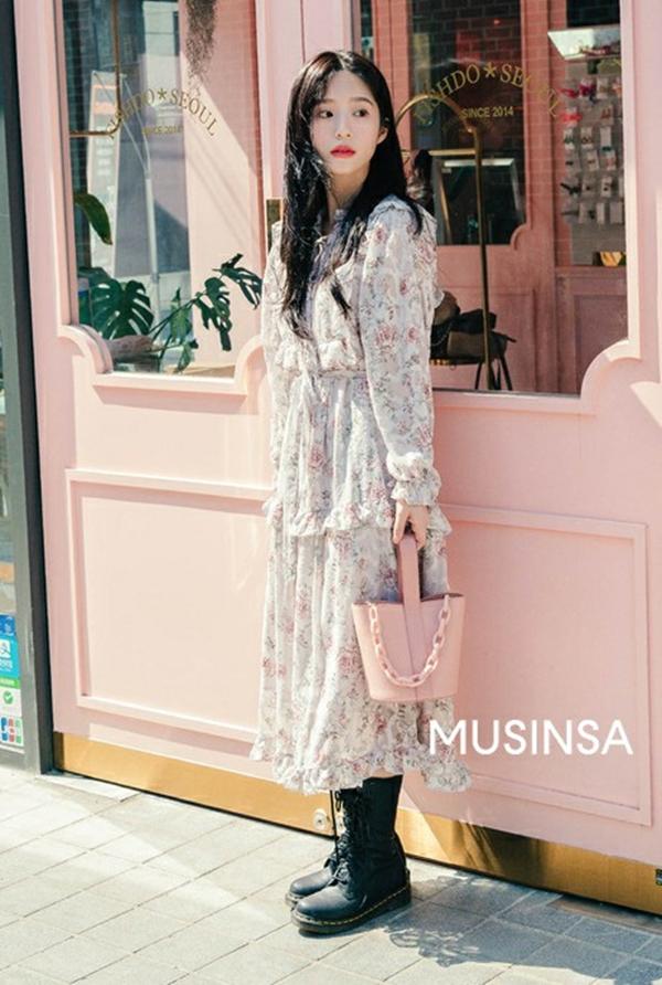 Bộ đôi váy hoa và boots da là ý tưởng vô cùng hay ho trong tiết trời mát mẻ này, nhất là khi mẫu váy lại được phủ sắc hồng pastel xinh yêu hết mực nữa. Bạn có thể khiến bộ cánh bớt đơn điệu bằng cách đeo thêm một chiếc túi xách đơn giản đi kèm.