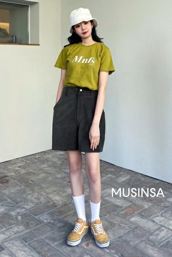 Cũng đề cao sự thoải mái, cô bạn này diện áo phông sơ vin cùng quần shorts lửng và hoàn thiện set đồ với những món phụ kiện năng động như sneakers, mũ bucket.