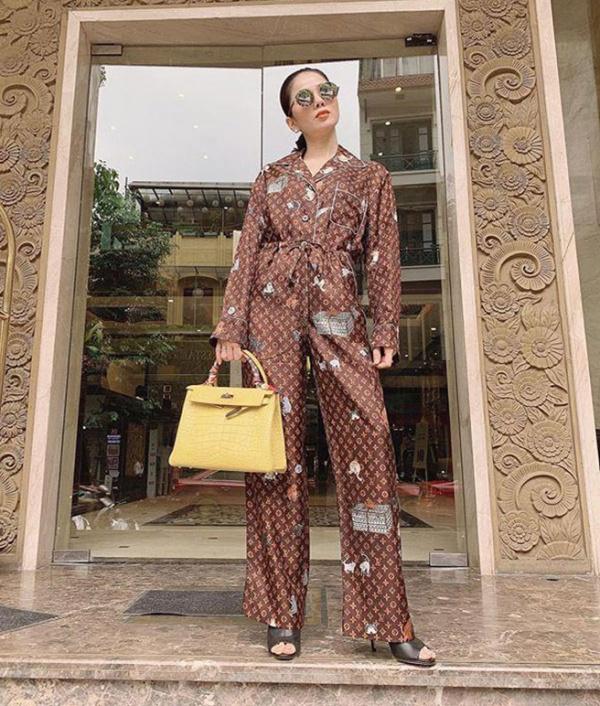 Lệ Quyên là một tín đồ mê hàng hiệu đích thực. Cô từng khiến cư dân mạng trầm trồ khi mặc bộ pyjama có thiết kế monogram của Louis Vuitton dạo phố, tay xách túi Hermes Birkin sang chảnh. Mặc dù là pyjama nhưng cảm giác khi mặc dạo phố vẫn sành điệu và thời thượng như thường.