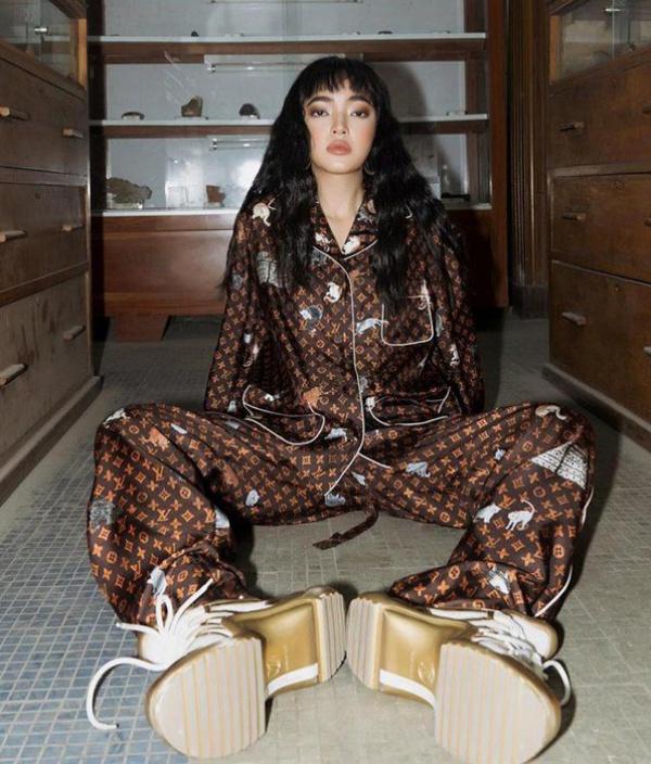 Châu Bùi có lợi thế là sự trẻ trung và khí chất sành điệu. Cô là khách quen của Louis Vuitton, thường xuyên xuất hiện với những bộ cánh sang xịn của hãng, nên không lạ khi Châu Bùi cũng có một em pyjama xịn sò này.Mặc dù cách mặc không khác Lệ Quyên, chỉ đổi đôi cao gót thành giày thể thao hầm hố nhưng Châu Bùi toát lên một nét khác biệt.