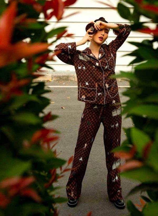 Có lợi thế chiều cao nên Diễm My 9X chỉ cần mặc bộ pyjama đã đẹp rạng ngời.