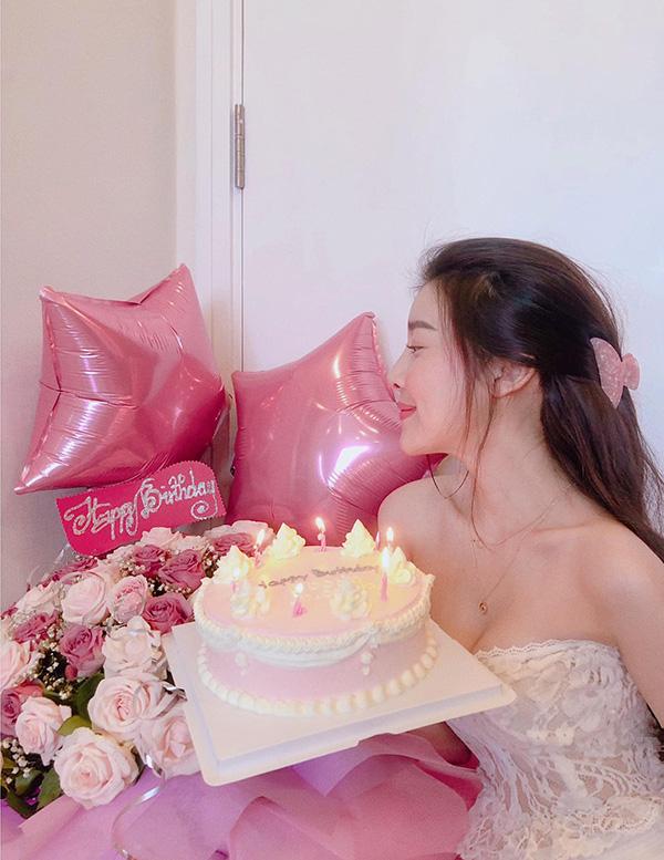 Ngày 20/04, nữ diễn viên đã đăng tải bứcảnh bên bánh sinh nhật và hoa lên Facebooknhân dịp sinh nhật tuổi 30.
