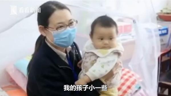 Cô Vĩ quyết định mang theo con 5 tháng tuổi đến trường dạy học.
