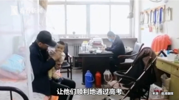 Bé 5 tháng tuổiđược người thân chăm sóc trong văn phòng của cô giáo.