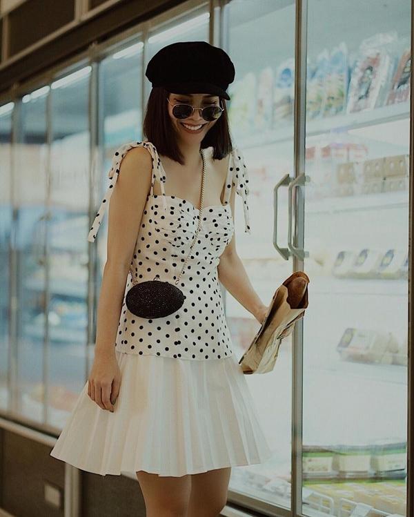Nếu tự tin với vóc dáng, bạn hoàn toàn có thể sắm cho mình chiếc đầm ngắn hai dây chấm bi như Yến Trang. Nữ ca sĩ khéo léo mix thêm phụ kiện mũ baker boy và túi xách mini để khiến tổng thể thêm sang chảnh.