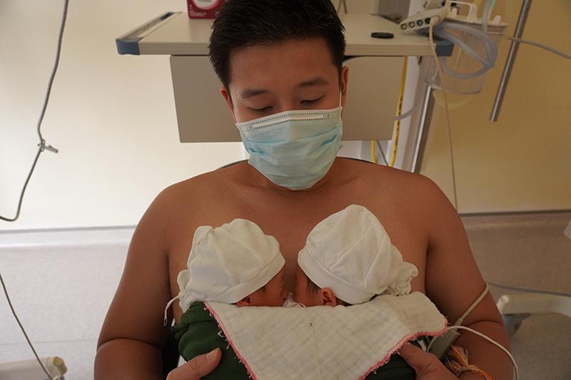 Chuyện tình 10 năm thăng trầm của Trần Hùng John và cuộc chiến cùng vợ sinh ba gian khó, con là bệnh nhân tim nhẹ cân nhất VN 12