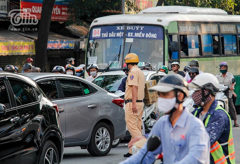 Lực lượng chức năng đã có mặt kịp thời để phân luồng giao thông, tránh tình trạng ùn ứ quá lâu.