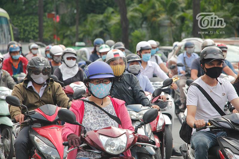Người dân thành phố tuân thủđúng quy định đeo khẩu trang khi ra đường, vừa phòng dịch, vừa chống bụi.