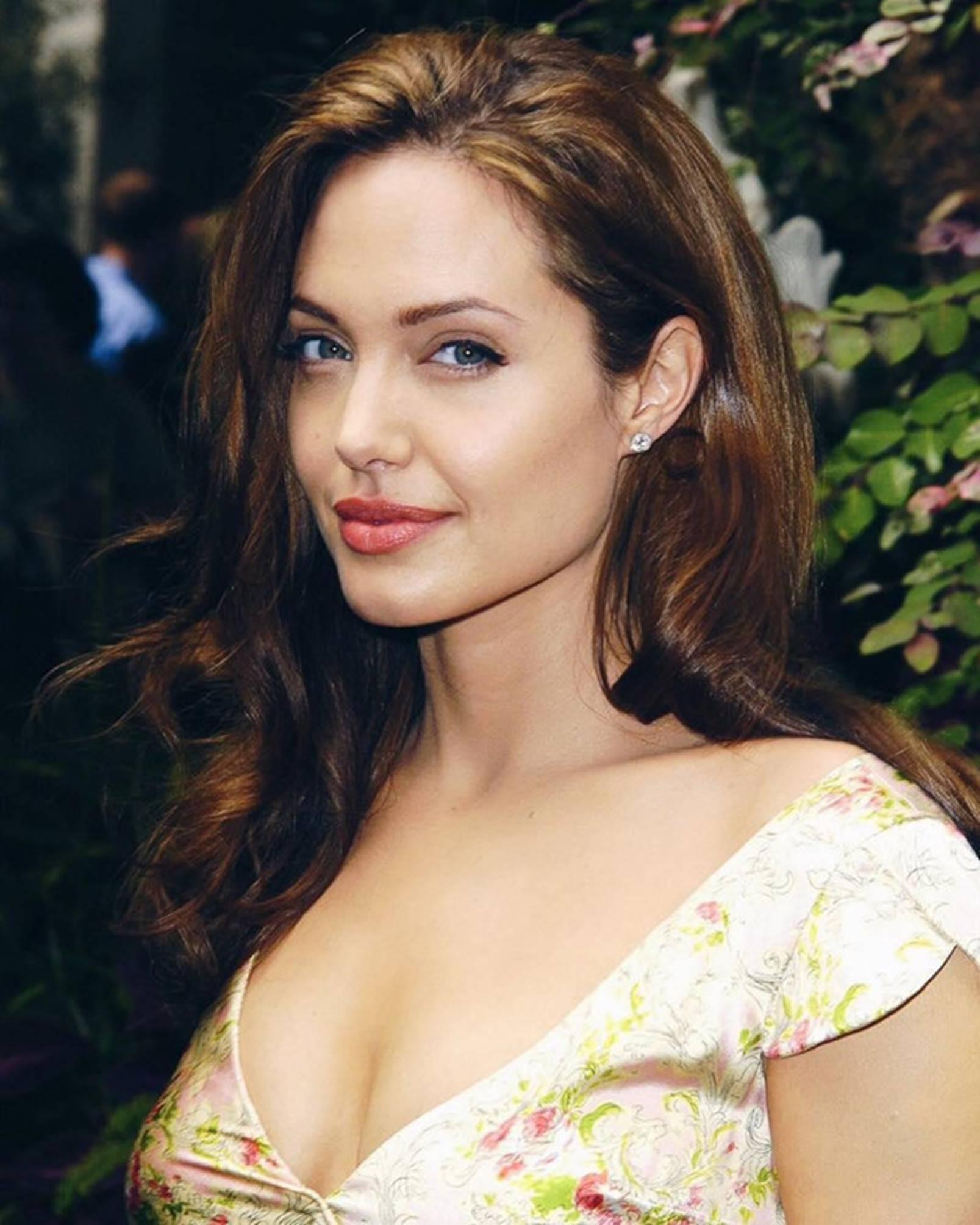 Nghệ danh của cô được lấy cảm hứng từ thần tượng Angelina Jolie.
