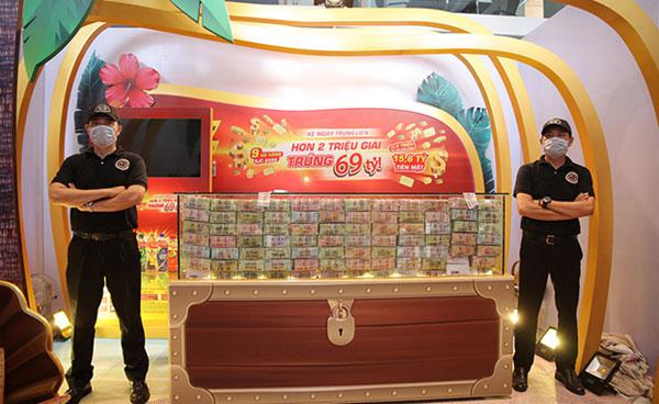 Nơi trưng bày tổng giá trị giải thưởng của chương trình khuyến mãi 'Xé ngay trúng liền - Hơn 2 triệu giải - Trúng 69 tỷ'
