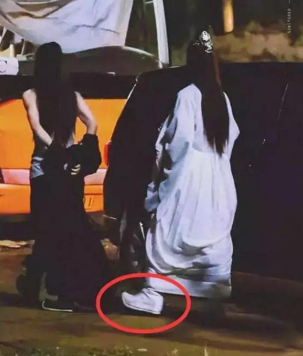 So với giày của Tiêu Chiến thì đúng là giày của Vương Nhất Bác cao hơn hẳn.