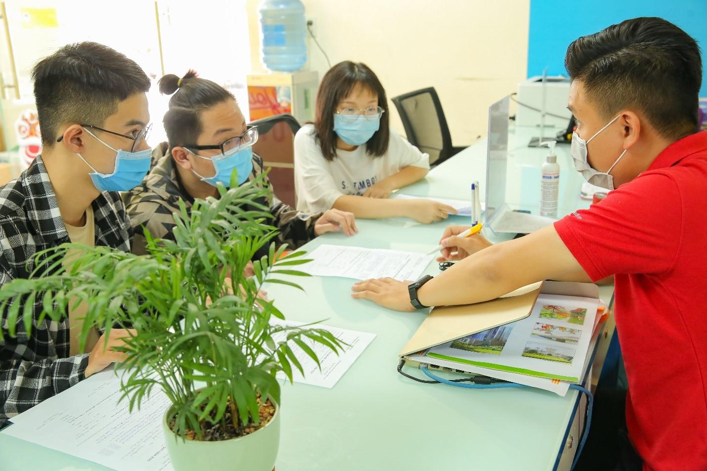 Thí sinh tìm hiểu thông tin xét tuyển học bạ tại HUTECH trong đợt nhận hồ sơ đầu tiên