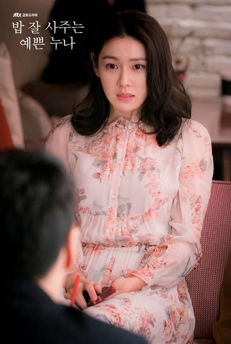 Son Ye Jin từng mặc chiếc áo voan có in hình hoa trong tập đầu tiên của bộphim 'Chị đẹp mua cơm cho tôi'.