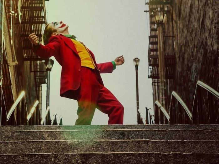 Arthur Fleck chính thức giải thoát, tự do nhảy trên những bậc thang và trở thành Joker.