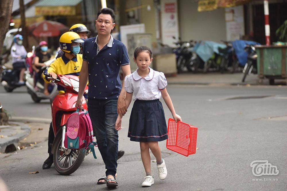 Học sinh tiểu học được bố mẹ đưa đến trường từ sáng sớm
