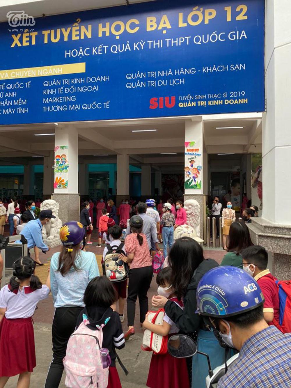 Cảnh sôi động trước cổng trường Quốc tế Á Châu